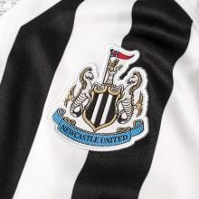 Домашняя игровая футболка Ньюкасл Юнайтед 2018-2019 герб клуба