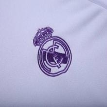 Логотип белой тренировочной кофты Реал Мадрид 2017