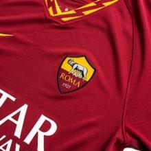 Домашняя игровая футболка Ромы 2019-2020 герб клуба