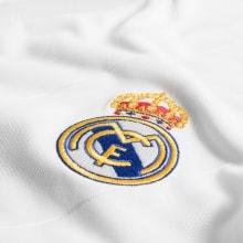 Детская белая домашняя футбольная форма Реал Мадрид  17-18 логотип