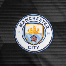 Домашняя футболка Манчестер Сити вблизи