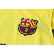 Желто-синяя тренировочная форма Барселоны 2021-2022 герб клуба
