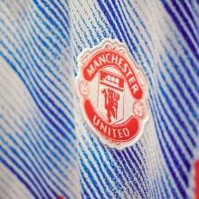 Гостевая аутентичная футболка Манчестер Юнайтед 2021-2022 герб клуба