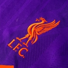 Гостевая майка Ливерпуля с длинными рукавами 2018-2019 герб клуба