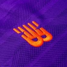Гостевая игровая футболка Ливерпуля 2018-2019 эмблема производителя