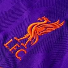 Футболка детской гостевой формы Ливерпуля 2018-2019 герб клуба