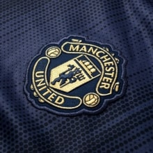 Третья игровая футболка Манчестер Юнайтед 2018-2019 герб клуба