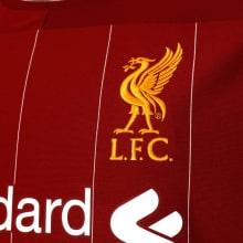 Домашняя игровая футболка Ливерпуля 2019-2020 герб клуба