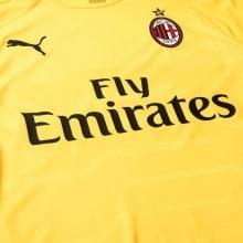 Вратарская домашняя футболка Милана 2018-2019 вблизи