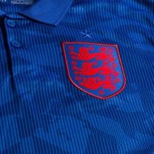 Женская гостевая футболка сборной Англии на ЕВРО 2020-21 герб сборной