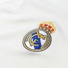 Женская домашняя футболка Реал Мадрид 2018-2019 герб клуба
