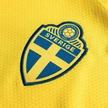 Детская домашняя футбольная форма Швеции 2020 БЕРГ герб сборной