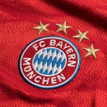 Домашняя футболка Баварии 2019-2020 Роберт Левандовски герб клуба