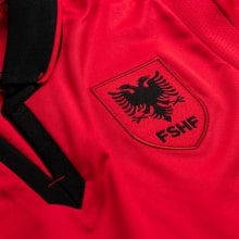 Домашняя игровая футболка сборной Албании 2020-2021 года бренд герб сборной