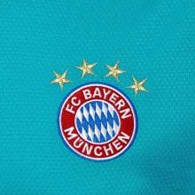 Вратарская домашняя футболка Баварии 2020-2021 герб клуба