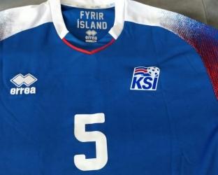 Домашняя игровая футболка сборной Исландии по футболу на чемпионат мира 2018 года вблизи